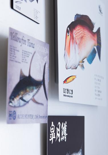 壁に飾られたメタルパネル魚拓の画像